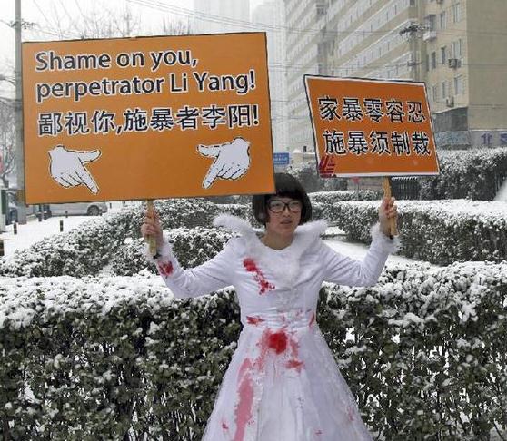 李阳离婚案判决结果落幕 女儿归母亲抚养并赔偿1200万元